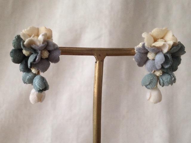 染め花の小花と蕾のピアスB(オフホワ&グリーン&グレー)