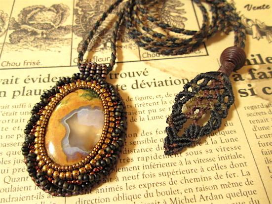 ビーズ刺繍の天然石ペンダント 111