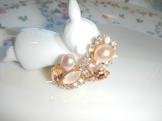 ピンク色淡水真珠とビジューのペイズリー イヤーカフ