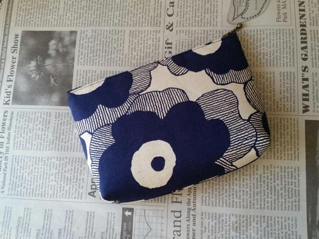 大きな花柄ポーチ(紺色)