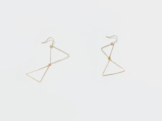 (再販)連なる三角のマットゴールドワイヤーピアス