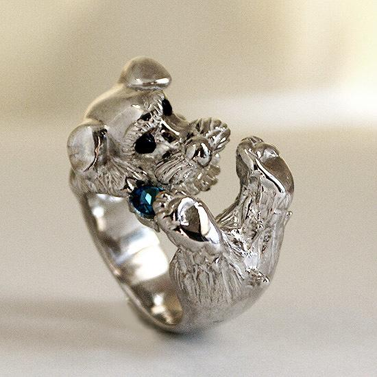 宝石を噛むシュナウザーリング【送料無料】宝石をかじるシュナウザーの指輪です。