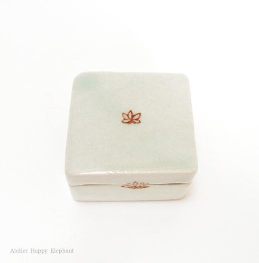 小さなお花の陶箱