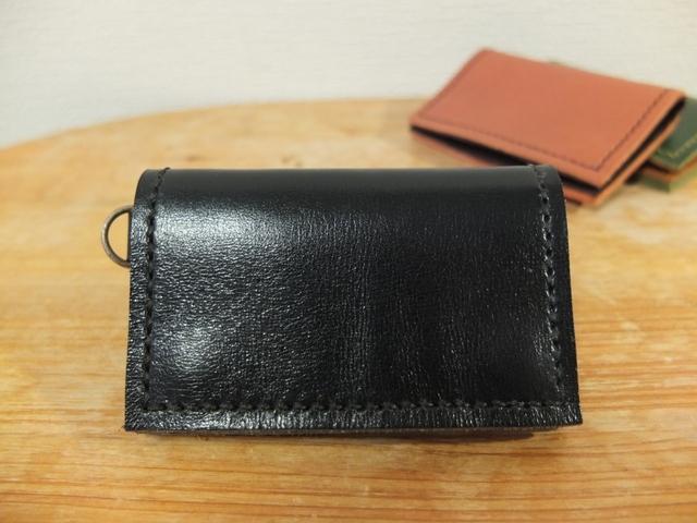 シンプルで使いやすい背面ポケット付きの小銭入れ(大)_BK
