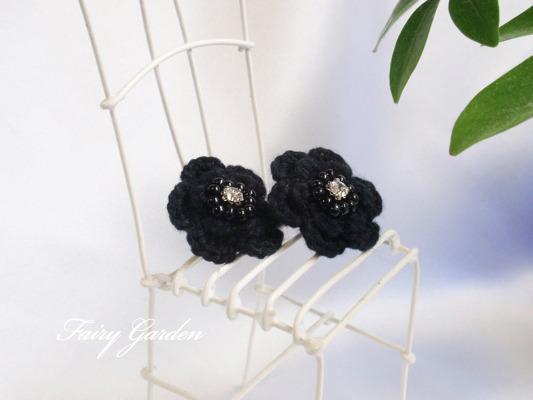 黒いお花のピアス(ニット)