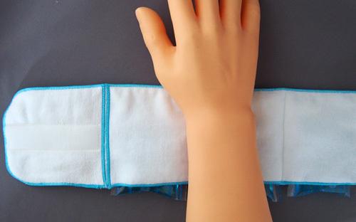 手首に巻く保冷剤アームハンカチ