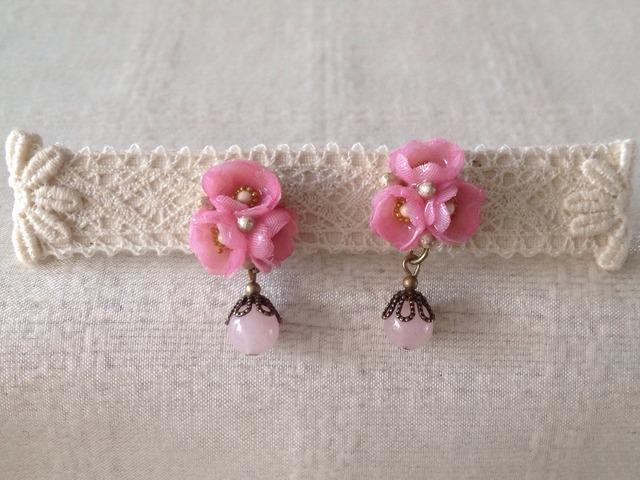 染めた小花を樹脂加工したピアス(ピンク)