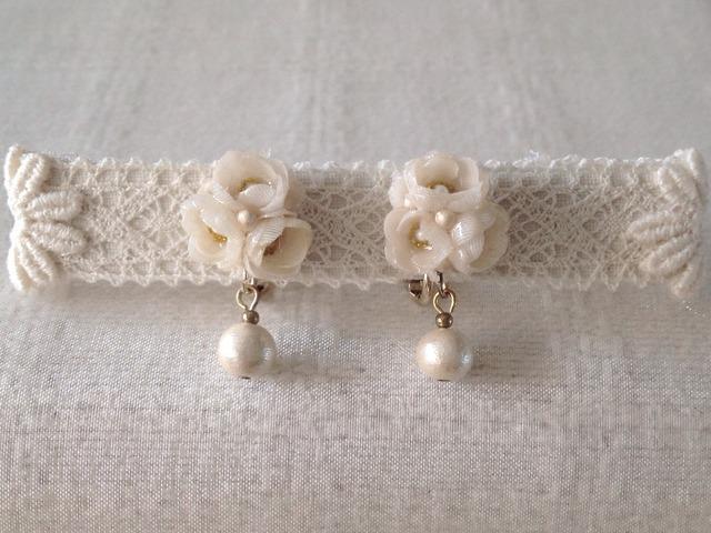 染めた小花を樹脂加工したイヤリング(オフホワイト)