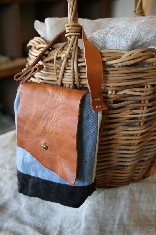 リネン×レザーのサイドバッグ