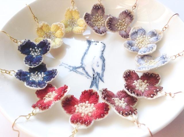 小さな刺繍花のピアス・イヤリング