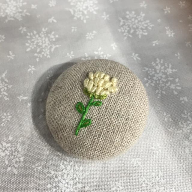 くるみボタンブローチ 〜白い野の花