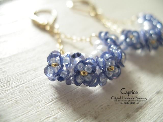 スパンコールの小花ゆらゆらピアス ブルー