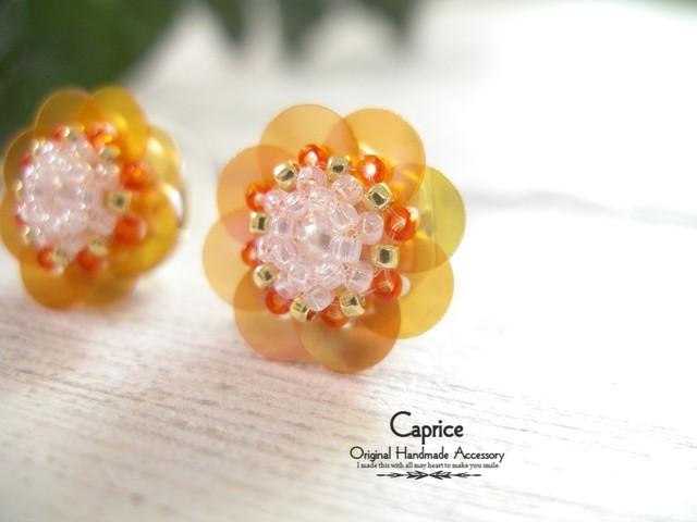 スパンコールフラワーのピアス オレンジ