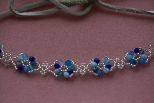 青い小花のチョーカー