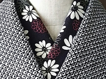 黒地に白い花の縮緬の半襟