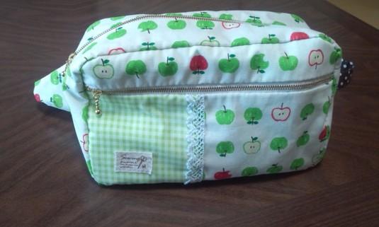 りんごのボディバッグ