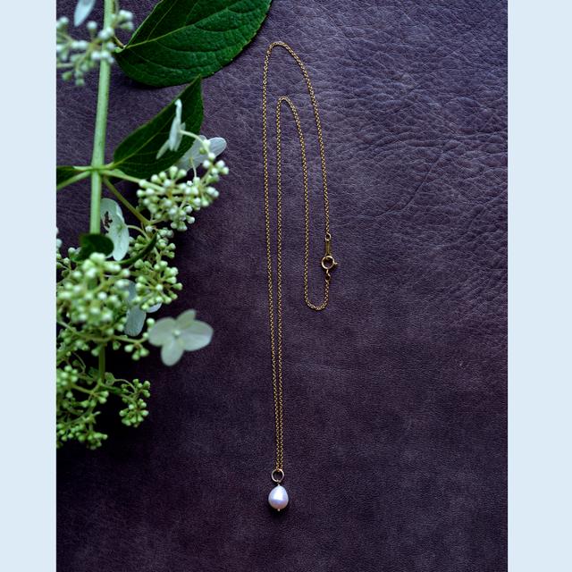 ドロップ真珠のセミロングネックレス ...