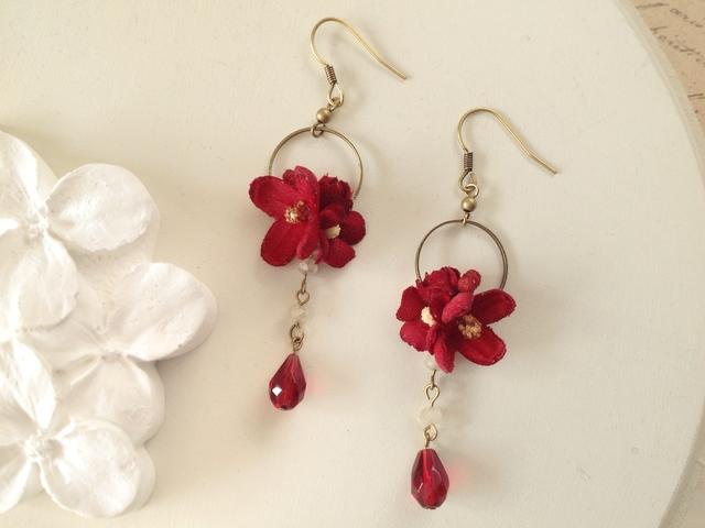 染め花とビジューのミニフープピアス(紅)