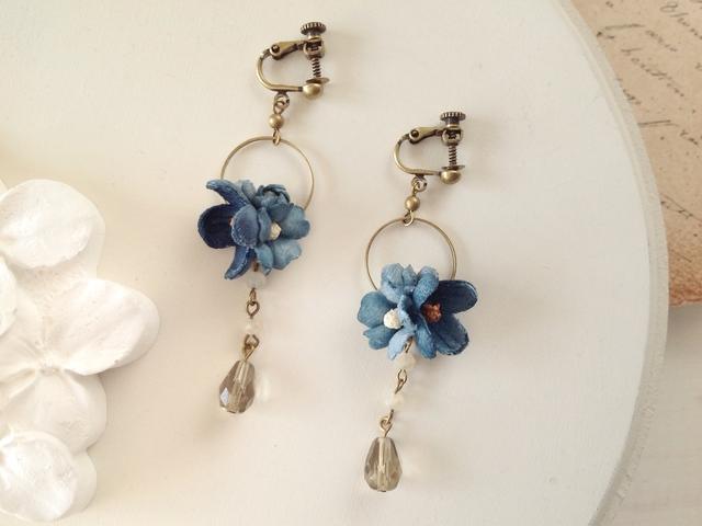 染め花とビジューのミニフープイヤリング(ブルー)
