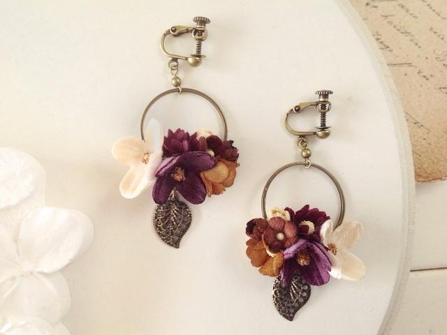 染め花と金古美の葉のフープイヤリング(パープル&ブラウン&オフホワイト)