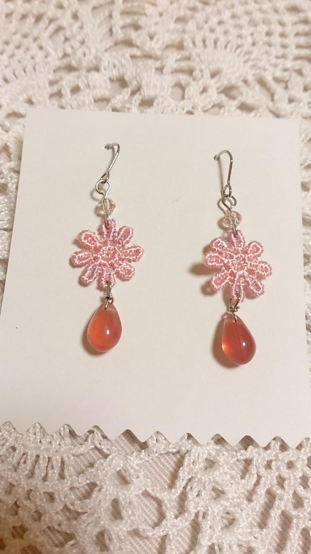 【送料込】雫ビーズとピンクお花モチーフのピアス