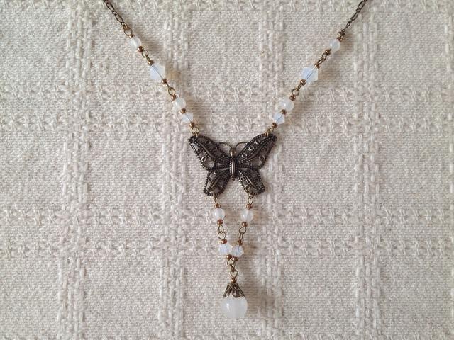 アンティーク調の蝶とビジューのネックレス(ホワイト)