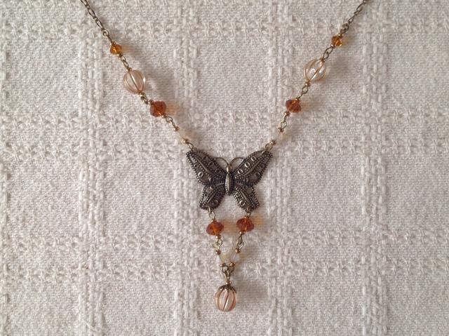 アンティーク調の蝶とビジューのネックレス(ブラウン)