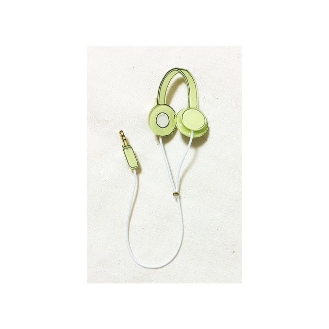 headphone brooch / yellowish green