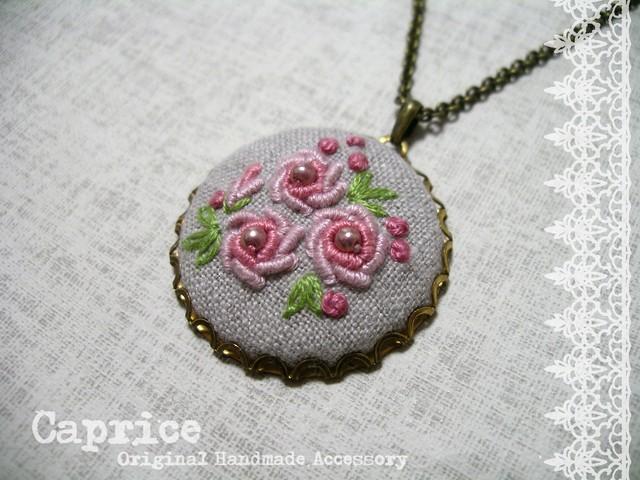 ピンクの薔薇の刺繍ネックレス