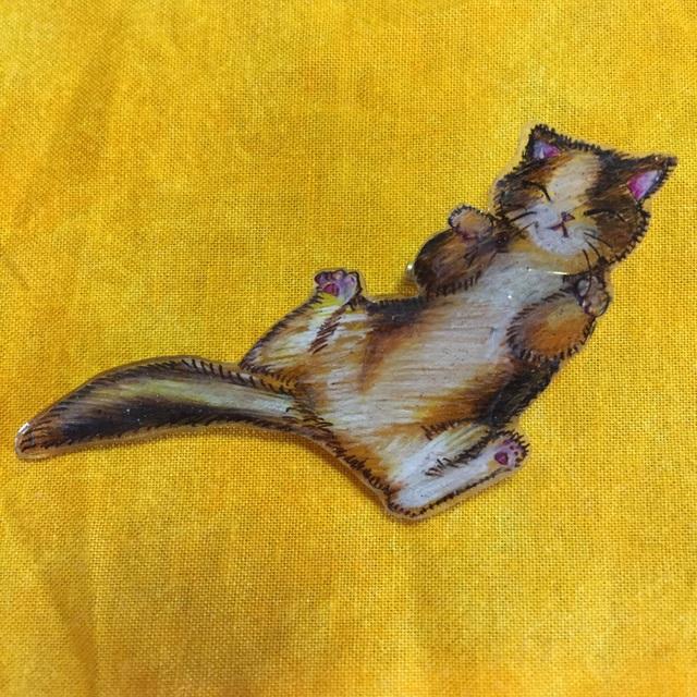 のびのび三毛猫のブローチ