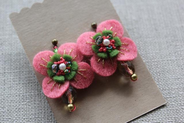 フェルトと刺繍のピアス ピンクのお花