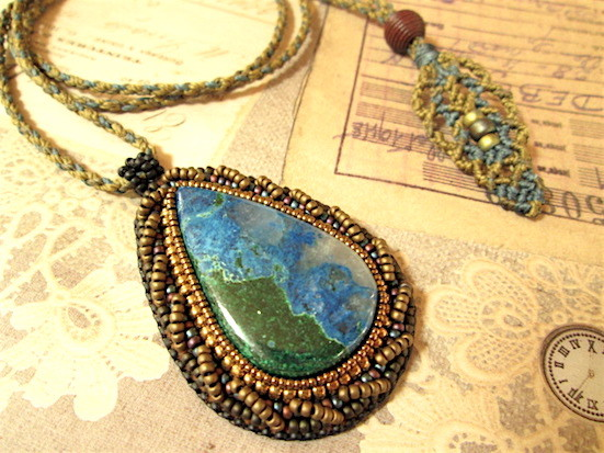 ビーズ刺繍の天然石ペンダント 113