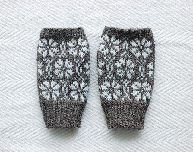 手編みの指なしミトン フラワー 濃グレー×白