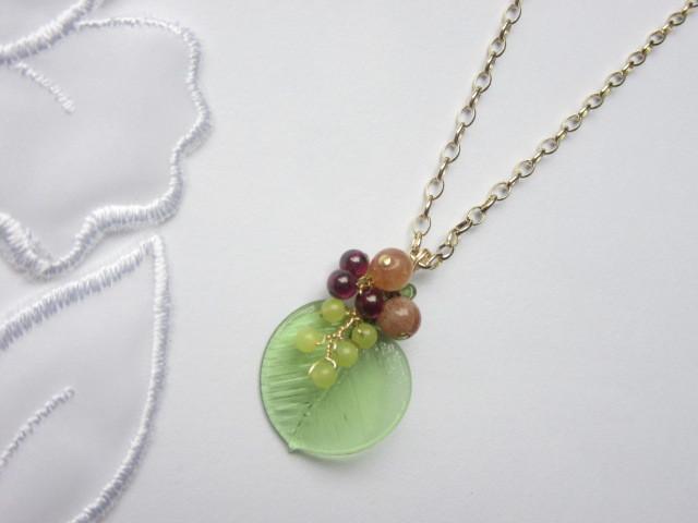 木の実・草の実のネックレス(ペリドット)