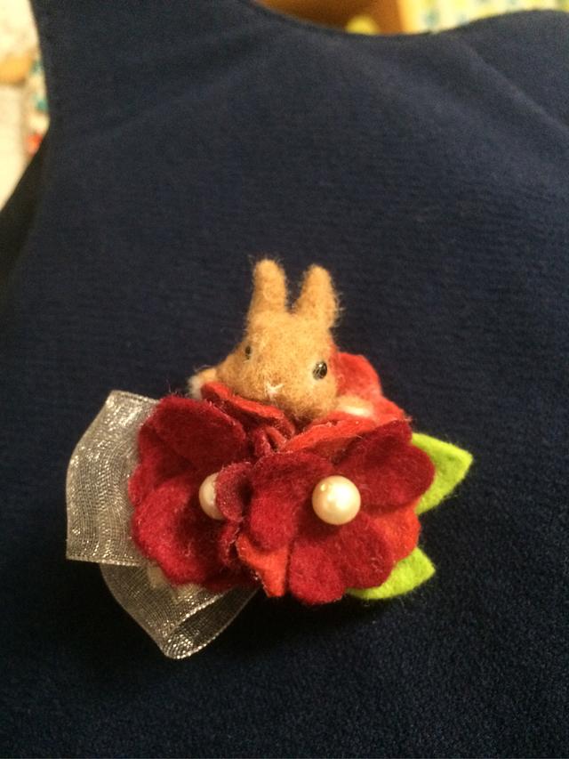 羊毛フェルト お花とうさぎのブローチ