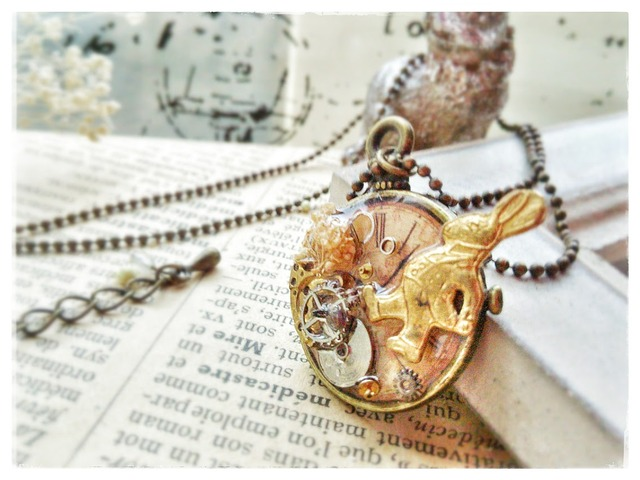 【約20%off】白ウサギと、チクタク時計のネックレス【訳あり品】