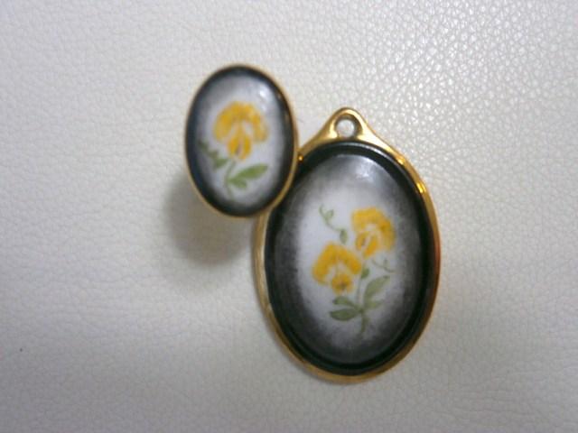 黄色いスイトピーのペンダントヘッドと指輪