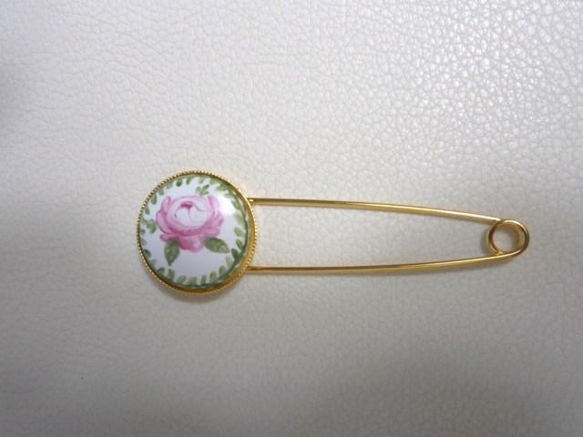 バラの模様のストールピン