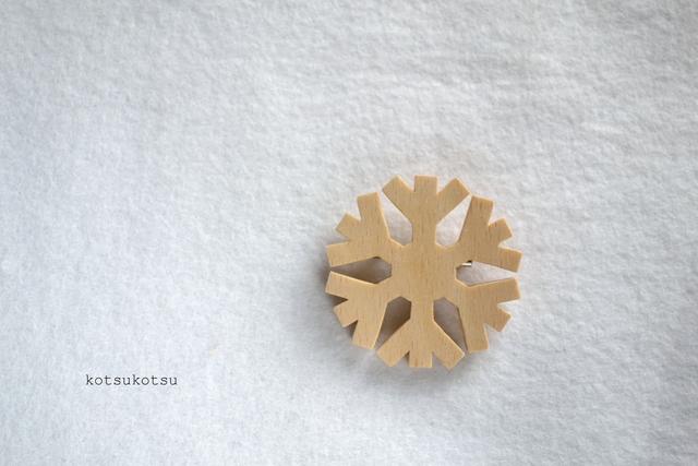 雪の結晶(スノーフレーク) 木のブローチ
