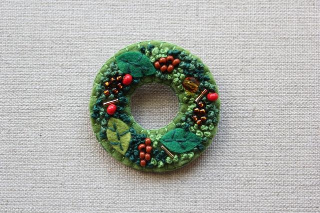 松ぼっくりのクリスマスリースのブローチ