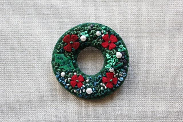 赤いお花のクリスマスリースのブローチ
