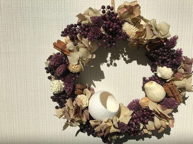 葡萄色のペッパーベリーと白い木の実の...