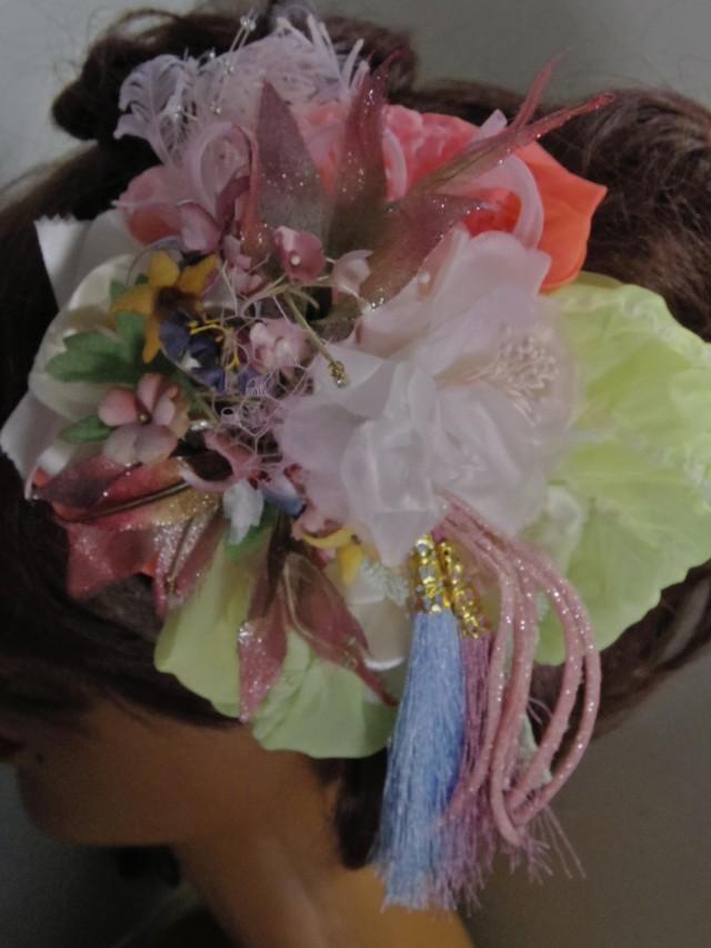 タッセル付きパステルカラーの小花と絞...