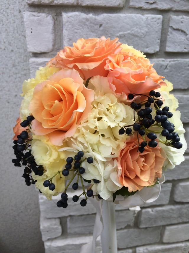 オレンジバラとティナスのオシャレブーケ