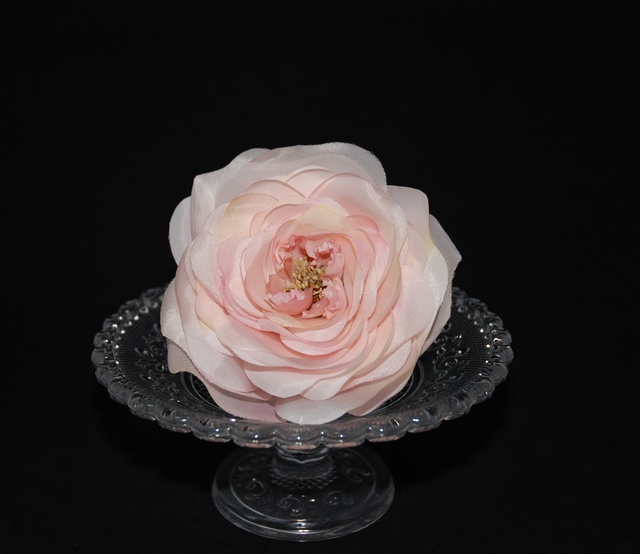 淡いピンクの薔薇のおおぶりコサージュ