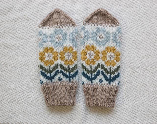 手編みの三角とんがりミトン 【満開の花】