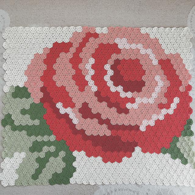 花で花を編む。手編みの薔薇のマルチカバー