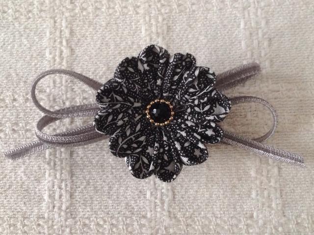 〈つまみ細工〉丸つまみの小花とベルベットリボンの2way(黒と灰色)