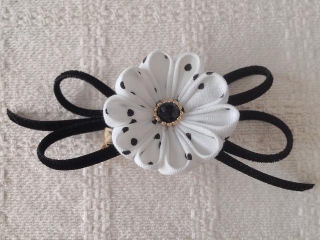 〈つまみ細工〉丸つまみの小花とベルベットリボンの2way(白と黒の水玉)