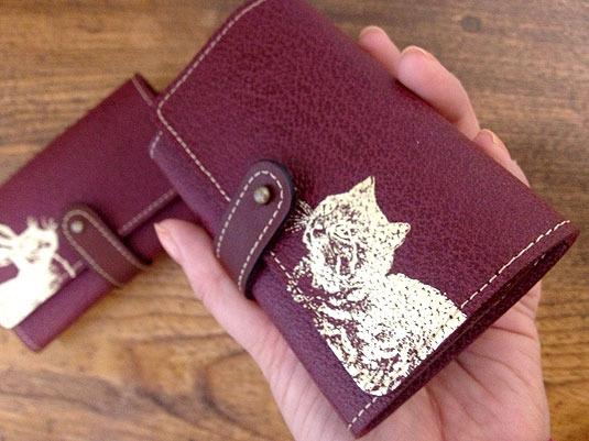 金色の猫 革製カードケース(ワインレッド)
